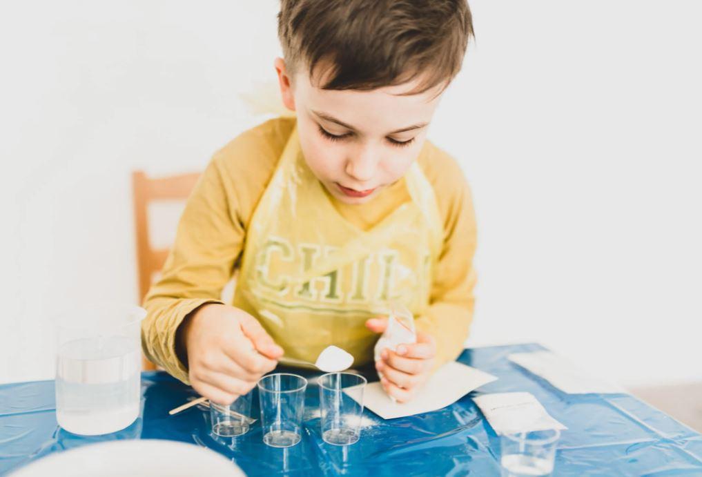 Ein Junge der ein Experiment durchführt